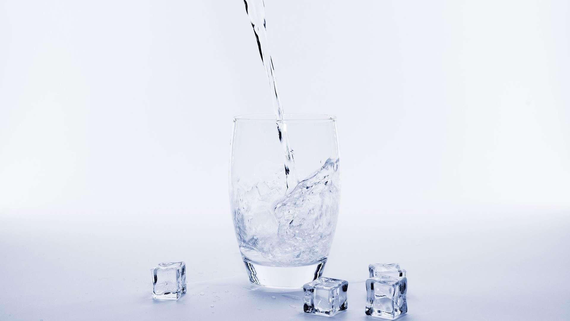 ¿Por qué no debes beber el agua fría?