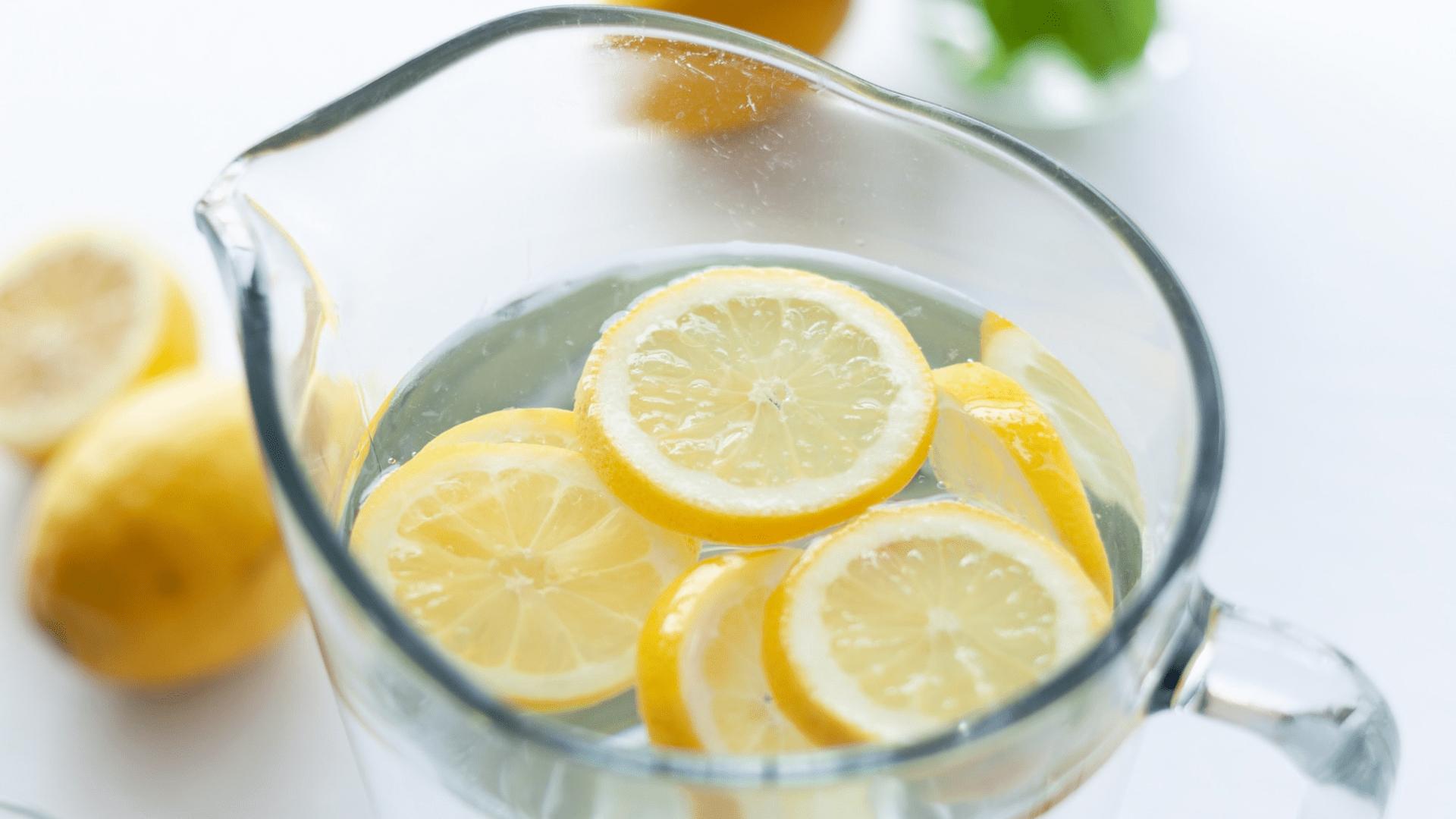 Una lanza a favor del agua con limón